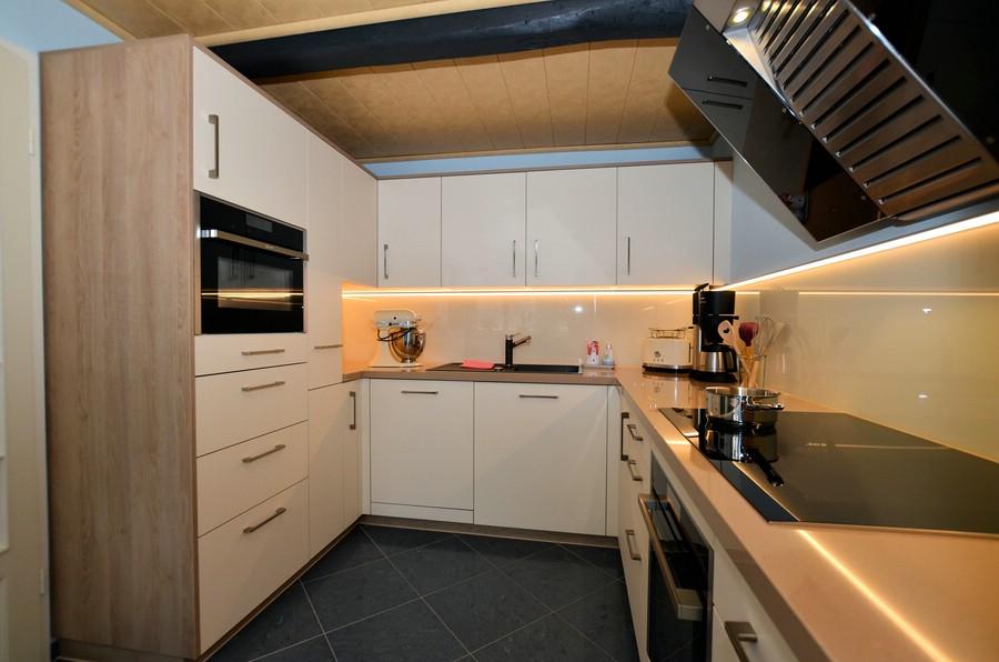 Hangeschrank kuche nach oben offnen for Kuchen scharniere mit dampfer